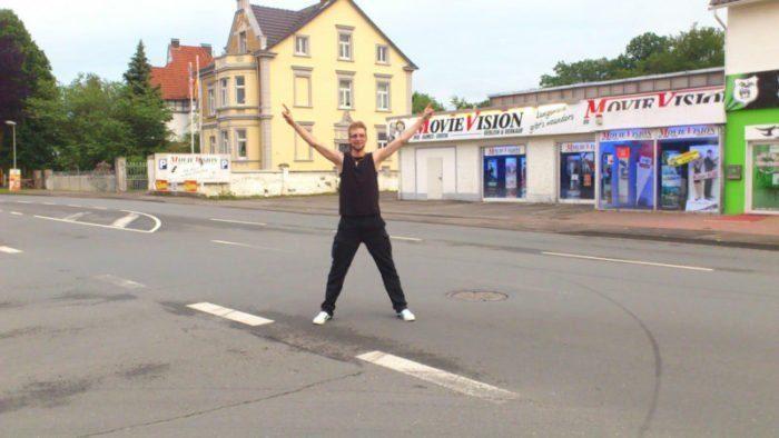 Stefan vor seiner alten Wohnung