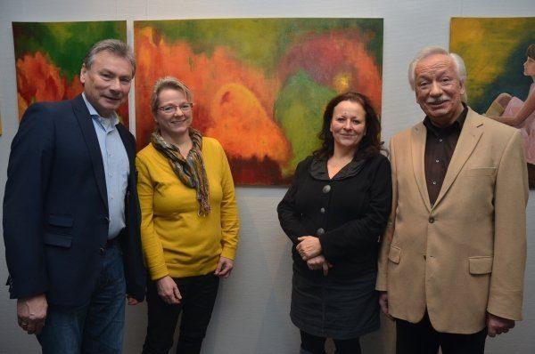 Sind begeistert von den entstandenen Werken: (v. l.) Paderborns stellvertretender Bürgermeister Dieter Honervogt, Sabine Voss vom Kulturamt der Stadt, Dr. Alexandra Sucrow, Vorsitzende des Paderborner Kunstvereins, und Manfred Schlaffer, ebenfalls vom Kulturamt.