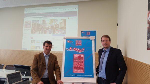 (v.l.): Bürgermeister Michael Stickeln und Wirtschaftsförderer Sören Spönlein stellen das neue Konzept vor