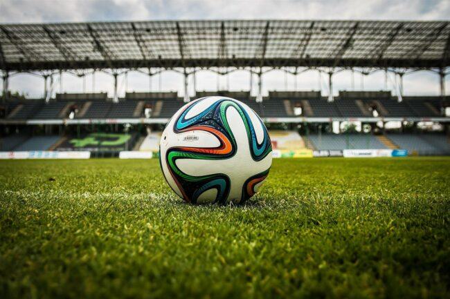 Das Spielgerät Fußball, grüner Rasen und ein Stadion, viel mehr braucht es zu einem Spiel nicht (außer natürlich Spieler*innen und Fans!). Der Fußball hat uns schon viele schöne, aber auch lustige und kuriose Momente beschert. Wir haben für Dich einige dieser Fußball-Momente zusammengetragen.   (c) jarmoluk auf Pixabay