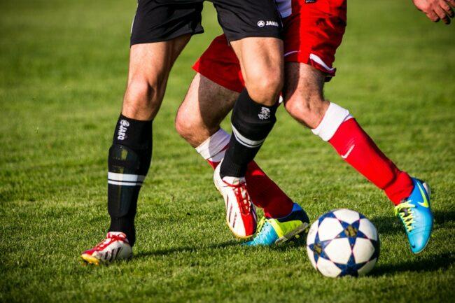 Zum Fußball gehört ein guter fairer Zweikampf einfach dazu.   (c) phillipkofler auf Pixabay