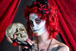 Die Totenkopf-Frau (La Catrina) gilt als beliebtes Kostüm-Motiv. Das Gesichts-Make-Up ist inspiriert von den Zuckerschädeln (Calvera de Dulche) | (c) Dirk Meeves
