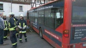 Regionalbus fährt frontal in Hauswand