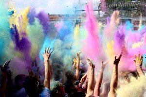 Farbenfreude - Holi-Wave-Festival auf dem Flugplatz Calden