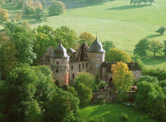 Sich einmal in die Zeit der Märchen zurückversetzt fühlen: Der Urwald Sababurg im Reinhardswald bietet 2021 wieder sagenhafte Führungen mit Ritter Dietrich an. | wildwechsel.de