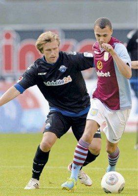 Letzte Station Aufstieg? Markus Krösche (hier im Freundschaftsspiel gegen Aston Villa) beendet am Ende der Saison 2013/14 seine aktive Karriere und könnte sie mit dem Aufstieg krönen! Danach wird er die Paderborner U23 trainieren.