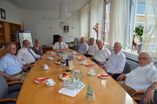 Auf einen Kaffee mit den Ehemaligen - Bürgermeister lädt Beigeordnete ein