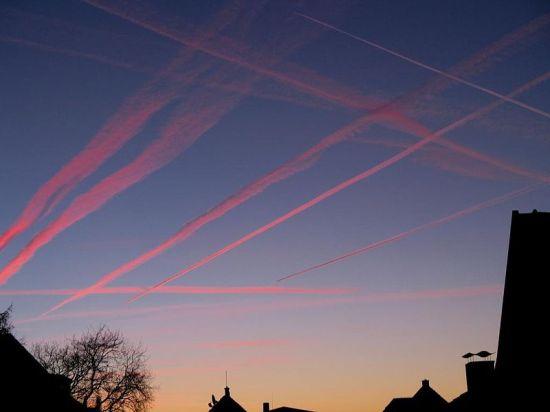Kondensstreifen am Himmel über Rheda-Wiedenbrück. Foto: jkl-foto/ Wikipedia