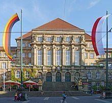 So friedlich bleibt es am Kasseler Rathaus nicht - die Narren haben es ins Visier genommen.
