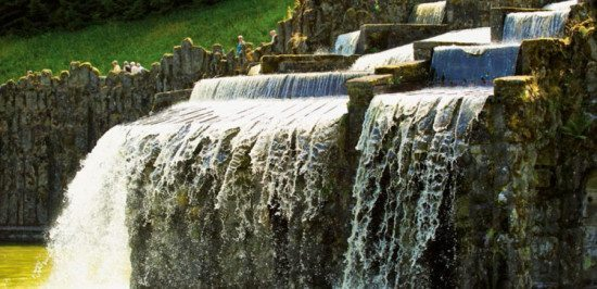 Beleuchtete Wasserspiele im Bergpark Wilhelmshöhe Kassel