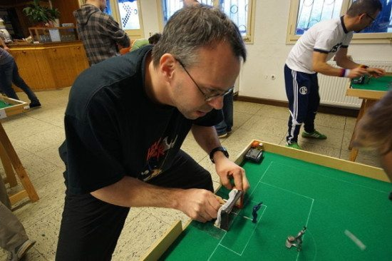 Spielszene aus einer Tipp-Kick Spielbegegnung (c) Thomas Ruchti, Wikipedia Creative Commons