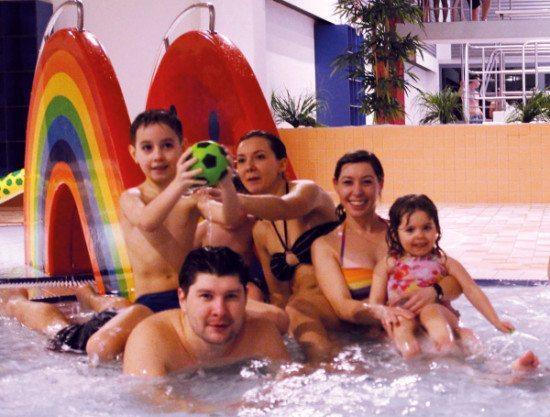 Eine glückliche Familie im AquaPark Baunatal