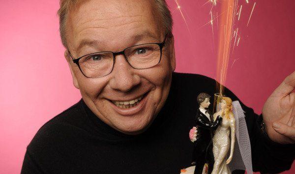 Bereit zum Feiern: Bernd Stelter steht kurz vor seiner Silberhochzeit und macht sich in seinem neuen Programm so seine Gedanken über die Ehe. Foto: Manfred Esser