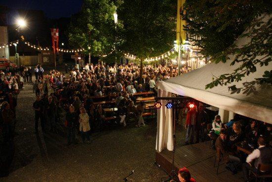 Szenerie des Warburger Kälkenfest auf dem Altstadtmarktplatz