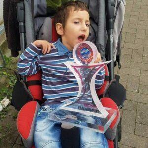 Kämpfer: Der kleine Tyler mit dem Telekom-Award, den die Paderbazis für die Ausrichtung des Turniers vom FC Bayern und der Telekom gewonnen haben.