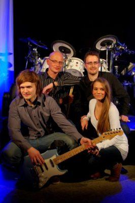 """Im Quartett: Auf der Bühne wird die Band """"Nightlive"""" für eine ausgelassene Stimmung sorgen. Das Repertoire der Musiker umfasst mehr als 400 Songs. Foto: Nightlive"""