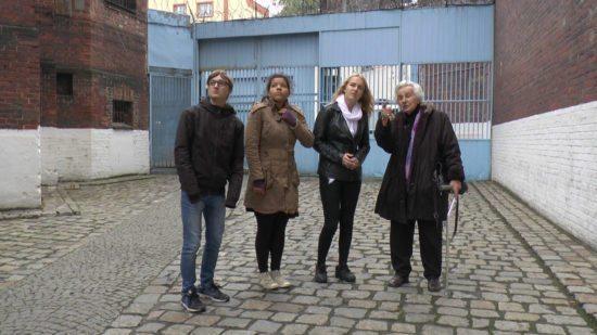 Anita Lasker-Wallfisch mit Teilnehmern des Workshops im Gefängnishof Wroclaw