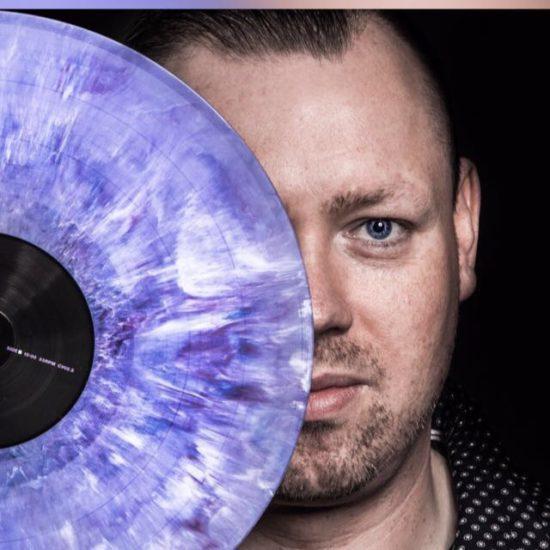 DJ Sventastic legt wieder auf der 90er-Party auf.