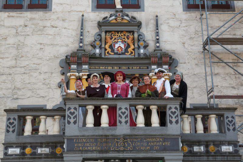 Mündener Stadtführergilde vor Rathausportal