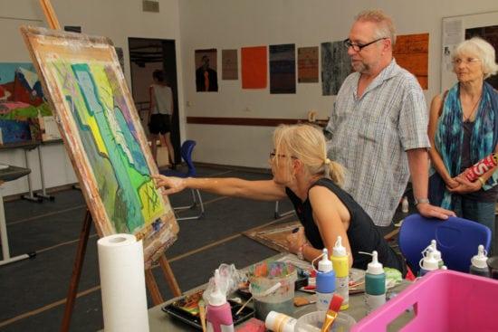 3_Sommerakademie 2018 Atellierrundgang Foto Stadt Marburg, i. A. Heiko Krause_klein Breitwillig erläuterten die Künstlerinnen und Künstler beim Freien Malen ihre Werke