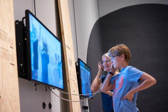 Grimmwelt Kassel eröffnet die Ausstellung »Unboxing – Erzähl mir Deine Geschichte/n« zur gesellschaftlichen Teilhabe von Geflüchteten