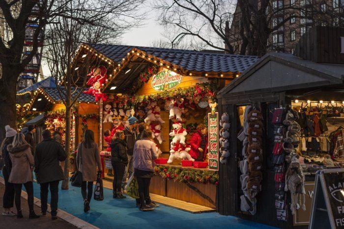 Schlendern über den Weihnachtsmarkt.