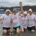 Kopfüber in den kalten Edersee – Nur was für hartgesottene: Neujahrsschwimmen an der Sperrmauer