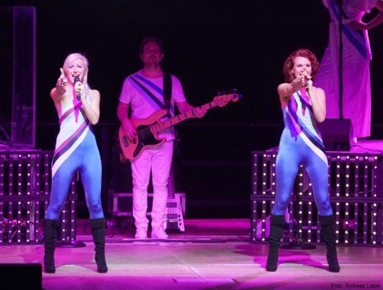 So können Abba Music auf ihrem Tribute Konzert aussehen!