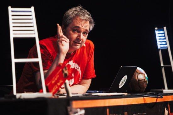 Arnd Zeigler live auf Bühne (Fotocredit: Max Hartmann)