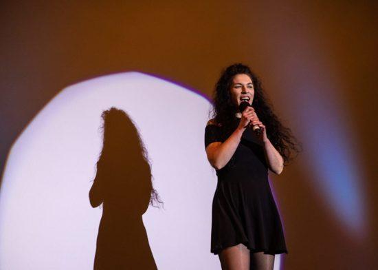Gastgeberin Melanie Gerland führt durch den Abend beim Comedy Night Club. Foto: Sarah Brocke