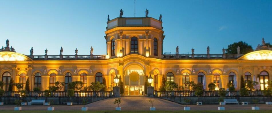 Die Orangerie in Kassel am Abend. Foto: (c) https://orangerie-kassel.de/