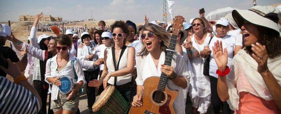 Yael Deckelbaum und das »Prayer Of The Mother« Ensemble, begleitet von vielen Unterstützern gegen die Gewalt zwischen Israel und Palästina.
