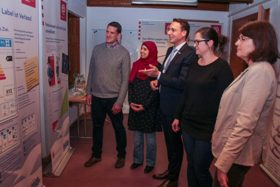 Stadtrat Christian Schombert (Mitte) eröffnete mit Achim Siehl (von links), Lilia Sahli, Doreen Dersch und Marion Kühn die Ausstellung, die zum Energiesparen animieren soll. (Foto: Heiko Krause i. A. der Stadt Marburg)