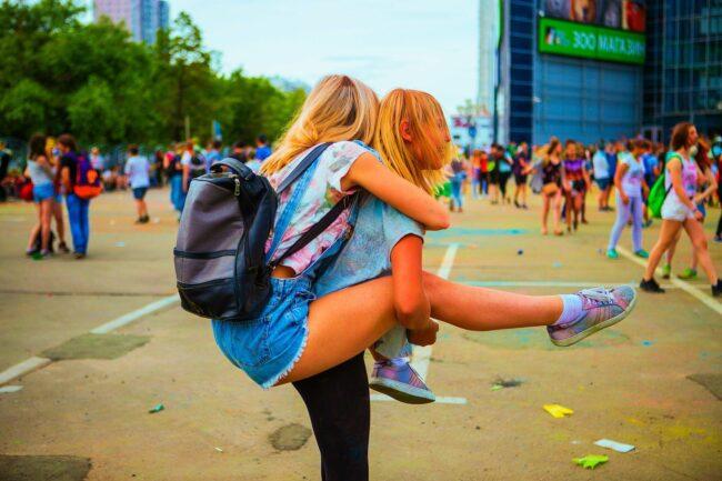 Girls - Festival - Openair - (c) Khusen Rustamov auf Pixabay | Festival-Tipps und Festival-Packliste: Alles für das nächste Festival!