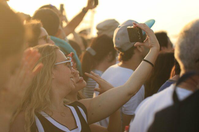 Girls - Festival - Openair - (c) Orna Wachman auf Pixabay | Festival-Tipps und Festival-Packliste: Alles für das nächste Festival!