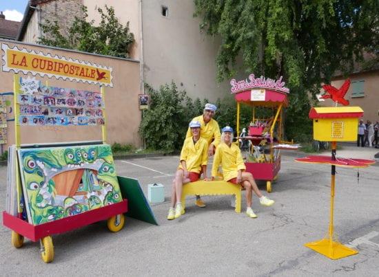 """Die Französischen Les Cubitenistes sind beim Internationalem Straßentheater Festival in Holzminden mit ihrer Platzinszenierung """"La Cubipostale. Greetings from..."""" am Start. (Foto: Francois Mary)"""