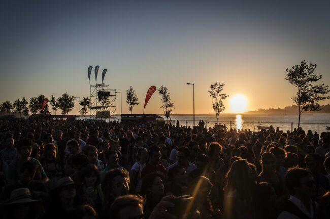 Menschen - Festival - Openair - Konzert - (c) Rui Neves auf Pixabay | Festival-Tipps und Festival-Packliste: Alles für das nächste Festival!