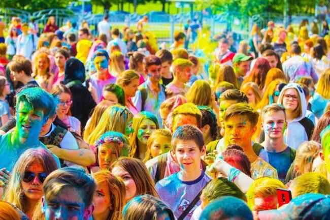 Menschen - Holi - Festival - Openair - (c) Khusen Rustamov auf Pixabay | Festival-Tipps und Festival-Packliste: Alles für das nächste Festival!