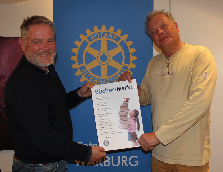 v.l.n.r-Club-Präsident-Michael-Kohlschein-und-Vize-Präsident-Martin-Troeltsch-freuen-sich-auf-viele-Besucher-des-diesjährigen-Büchermarktes-des-Rotary-Club-Warburg