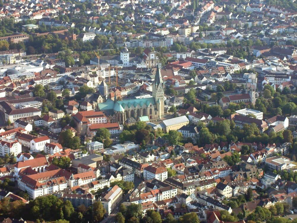 Was ist los in Paderborn - Ausgehtips für Paderborn - Ausflugsziele - Sehenswürdigkeiten in Paderborn - Paderborner Dom vom Flugzeug (c) Christoph auf Pixabay