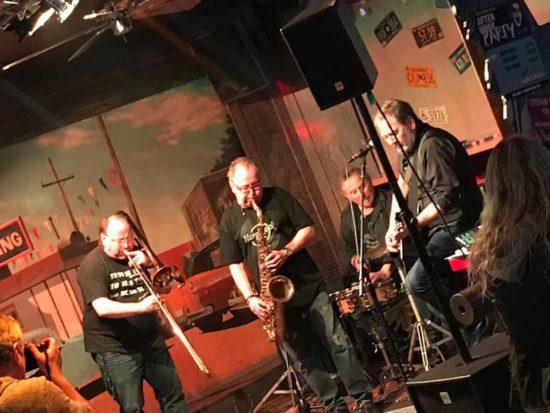 Stefan Kleinkrieg und Rolf Möller mit Horn Sektion live in Joe's Garage in Kassel!   Fotocredit: Stefan Kleinkrieg