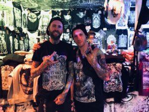 Tattoomenta 2019 - Die Herren der Eulen: Ralle (l.) und Marcel aus Nürnberg vor ihrem Stand mit