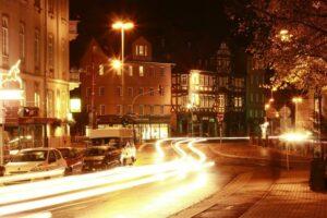 Marburg bei Nacht: Wegen des neuartigen Coronavirus' derzeit etwas weniger belebt als sonst.