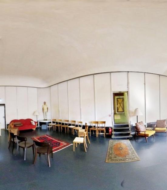 Wie wäre es mit einem virtuellen Rundgang durch die Ausstellung »<strong>Freie Zimmer</strong>« im <strong>Kasseler Hugenottenhaus</strong>? Die Ausstellung aus dem Jahr 2019 kann nun digital besucht werden.   (c) artort.tv