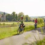 Mit dem Rad durch das atemberaubende Weserbergland - Weser-Radweg verspricht Radfahrspaß für alle Altersklassen - Weser-Radweg - Radfahrer Schloss Hehlen