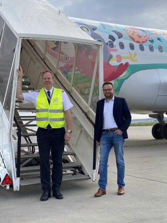 v.l.n.r. Flugkapitän Steffen Paswarck und Kassel Airport Geschäftsführer Lars Ernst vor dem Start der Sundair nach Heraklion