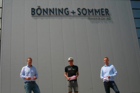 Scherfeder Triathlet Tim Rose und Scherfeder Matratzenhersteller Bönning+Sommer verschenken Mund- und Nasenschutz