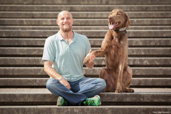 Hundeerziehung leicht gemacht: Wenn Holger Schüler in Marburg auftritt, geht es ganz um des Menschen besten Freund! | Foto: Lisa Gramlich, (c) Frank Serr Showservice Int