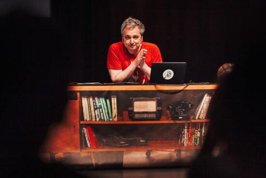 Arnd Zeigler bringt seine Wunderbare Welt des Fußballs Live auf die Kleinkunstbühne in Vellmar. | (c) Max Hartmann