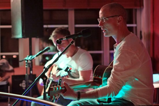 Clapton & More spielen Im Biergarten der Warburger Brauerei in der Kuhlemühle